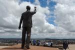 Het Standbeeld van Mandela dat uitkijkt over Bloemfontein. Foto Niels Posthumus