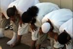 Gevangenen in Guantanamo bidden, 2008. Foto Wikimedia Commons / Joshua Brus