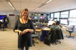 Brechtje van de Moosdijk, op de achtergrond de buitenlandredactie van RTL Nieuws