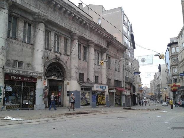 Een nasmeulende Istiklal Caddesi, de grote winkelstraat aan het Taksimplein. Foto Tan Tunali
