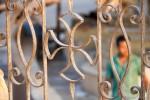 Een Koptisch kruis op de poort van een kerk in Cairo   Foto: Ester Meerman