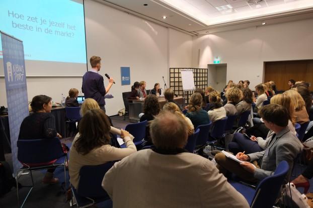 De workshop 'Hoe verkoop je je als correspondent' op de Nacht van de Journalistiek in Den Haag, 28 september 2013. Vlnr. Suzanna Koster, Peter Teffer en Fernande van Tets. Foto Joost Bastmeijer