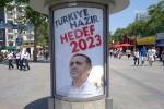 Poster op het Taksim-plein in Istanbul voor de Turkse verkiezingen in 2011. Foto Myrat / Wikimedia Commons