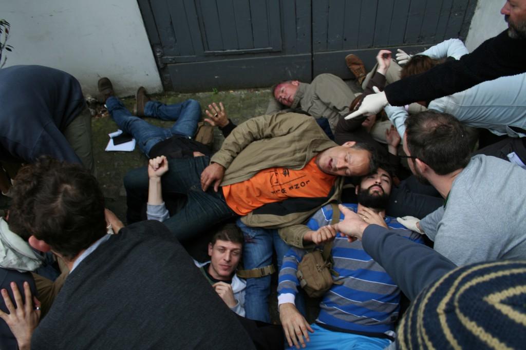 Deelnemers na 'een groot auto-ongeluk'. Foto Hans Klis
