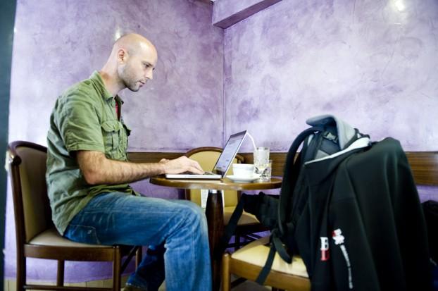 Aan het werk in een theehuis in Rabat. Foto Rik Goverde