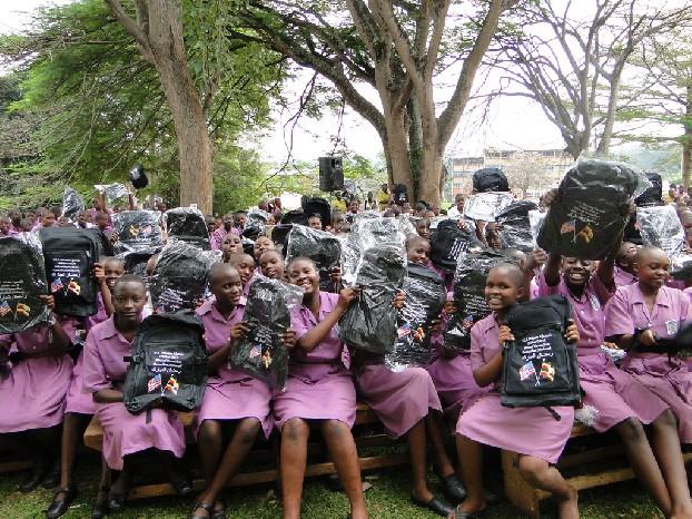 Het Amerikaanse USAID voorziet deze schoolgaande kinderen in Oeganda van rugzakken en andere schoolspullen. Foto Wikimedia Commons USAID Africa Bureau