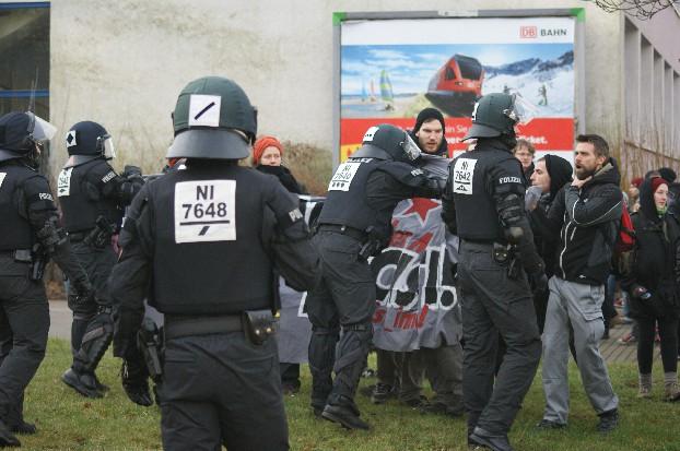 Politie treedt op tegen antifascisten. Foto Jilke Tanis