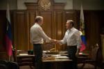 President Petrov (Lars Mikkelsen) en president Underwood (Kevin Spacey) schudden elkaar de hand in de Netflix-serie House of Cards. Foto Netflix